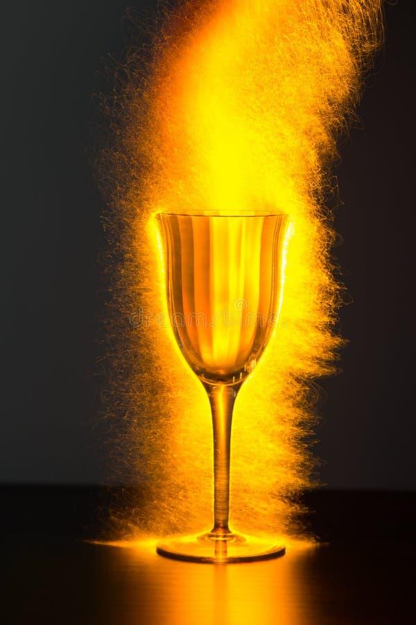 Wino czara Przelewa się z iskrami zdjęcie royalty free