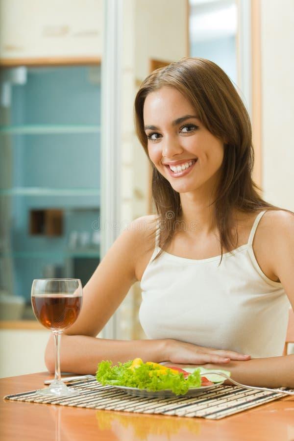 wino czerwona sałatkowa kobieta obrazy stock