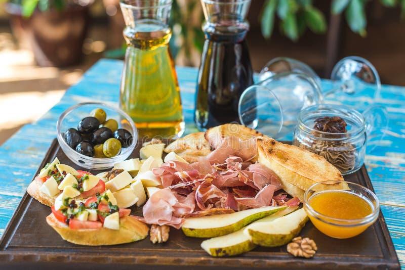 Wino, jamon, bonkrety i kanapki, jesteśmy na stole zdjęcie stock