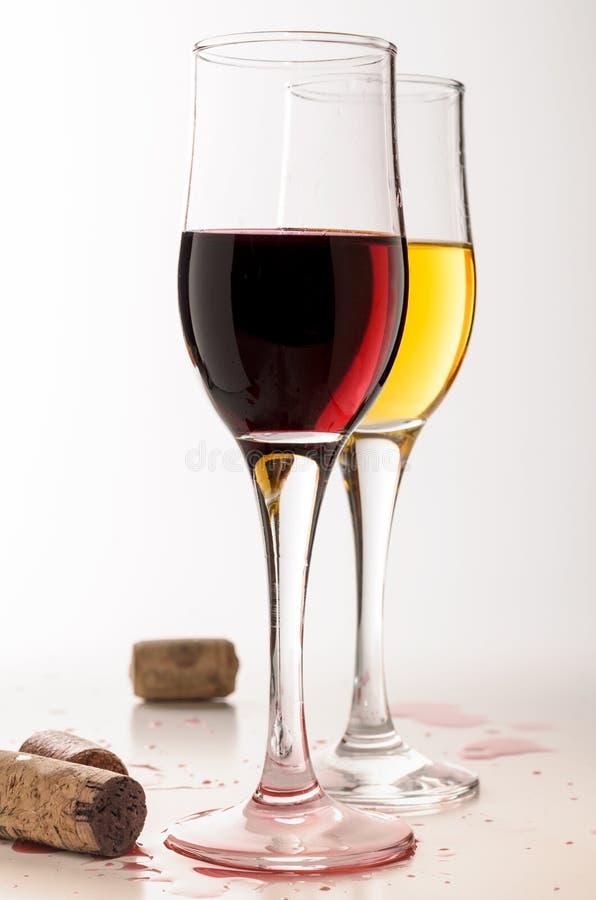 Wino karta Dwa czara z czerwonym i białym zaskamlają obraz stock