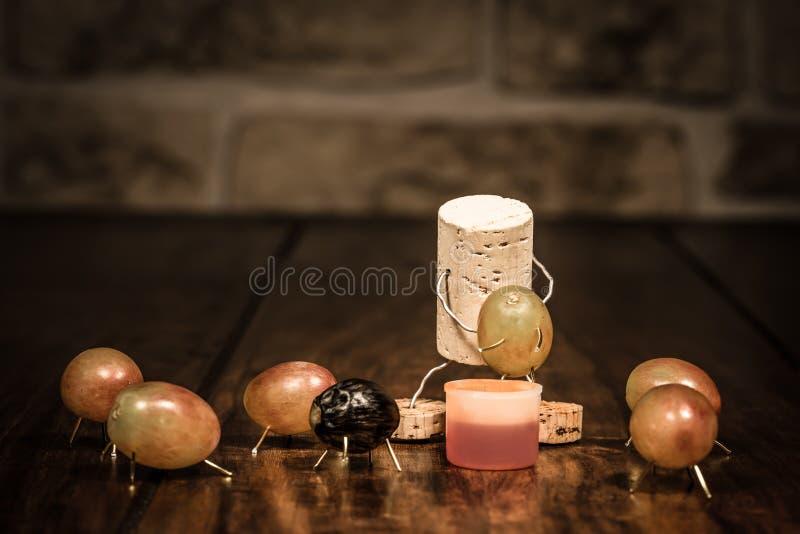 Wino korka postać, pojęcie mężczyzna gniesie out winogrona obrazy royalty free