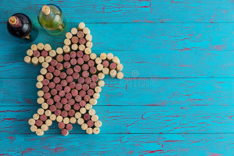 Wino korki układający jako denny żółw na błękicie zdjęcia stock