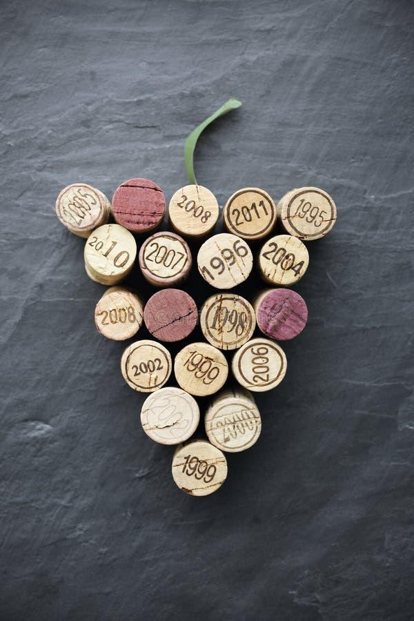 Wino: Korki w gronowym kształcie na łupku obraz royalty free