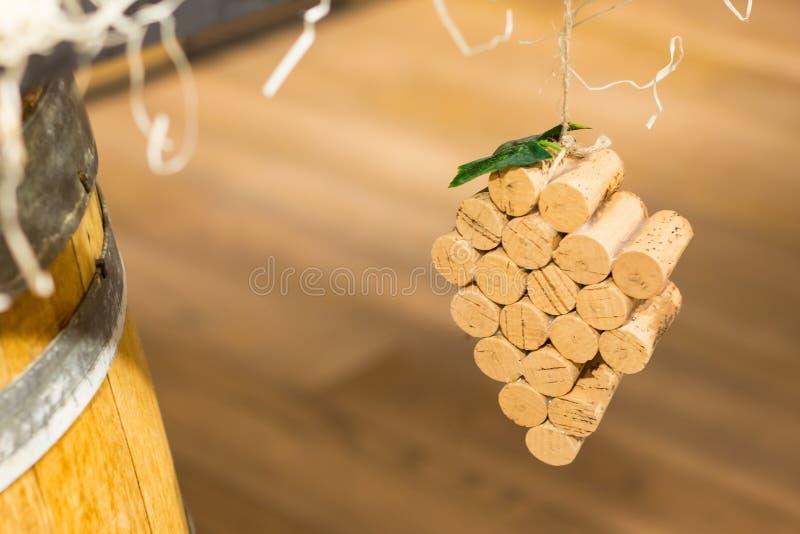 Wino korkuje gronowego kształt na drewnianym tle Odgórny widok z kopii przestrzenią dla teksta obraz stock