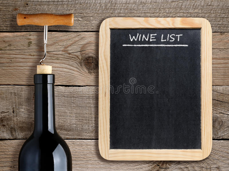 Wino lista na blackboard i wina butelce obraz stock