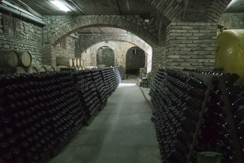 Wino loch z dębem beczkuje i odkłada z butelkami obrazy royalty free