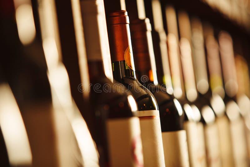 Wino loch z elita pije na półkach z pisać imionami obraz royalty free