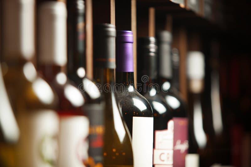 Wino loch z elita pije na p??kach z pisa? imionami fotografia stock
