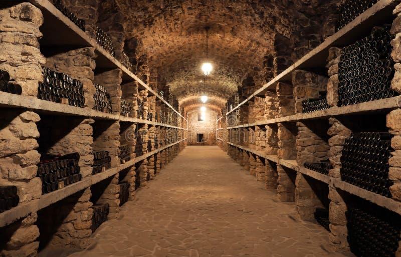 Wino lochu wnętrze z dużo butelki fotografia royalty free