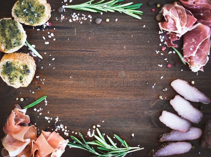 Wino mięsna zakąska ustawiająca: prosciutto, serrano i leczący jagnięcy mięso, fotografia royalty free