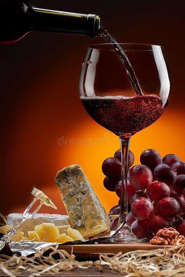 Wino płynie od butelki w szkło obrazy royalty free