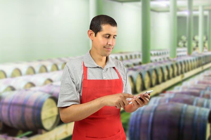 Wino profesjonalista używa mądrze telefon obraz stock