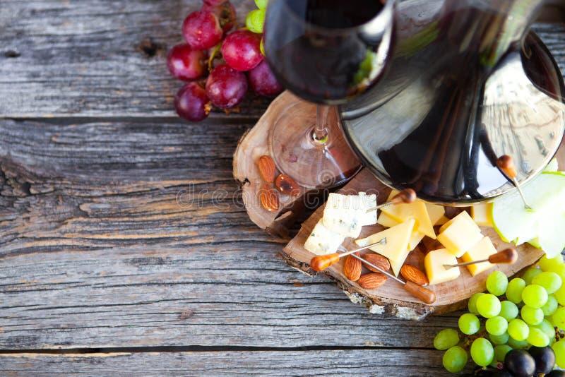 Wino przekąski set Szkło czerwonego wina, gronowych i różnorodnych rodzajów chees, obraz stock