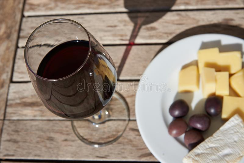 Wino, ser, oliwki i winogrona, zamykamy w górę zdjęcie stock