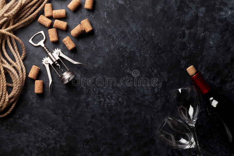Wino, szkła i corkscrew, zdjęcie royalty free