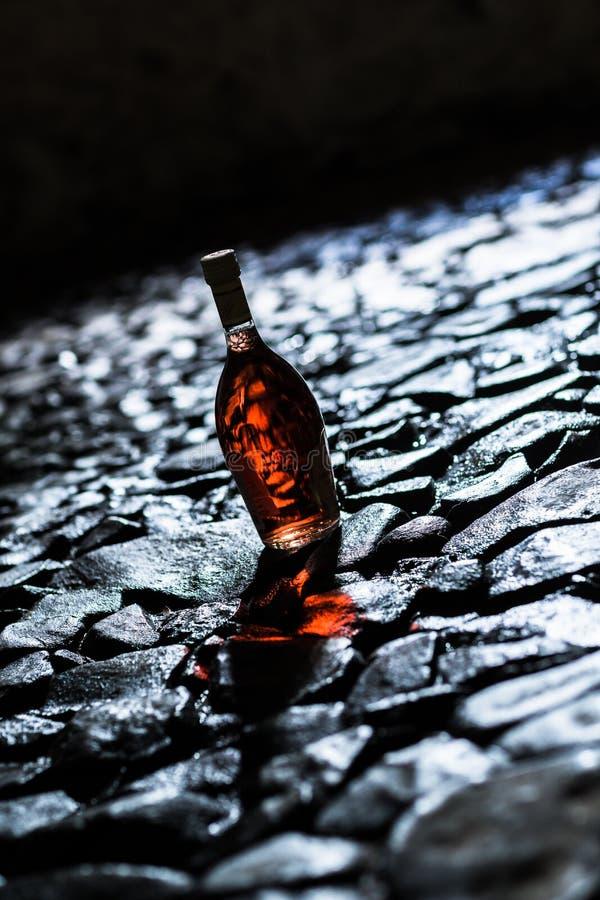 Wino w butelce w lochu obrazy royalty free