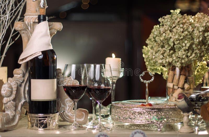 Wino w szkłach, silverware obraz stock