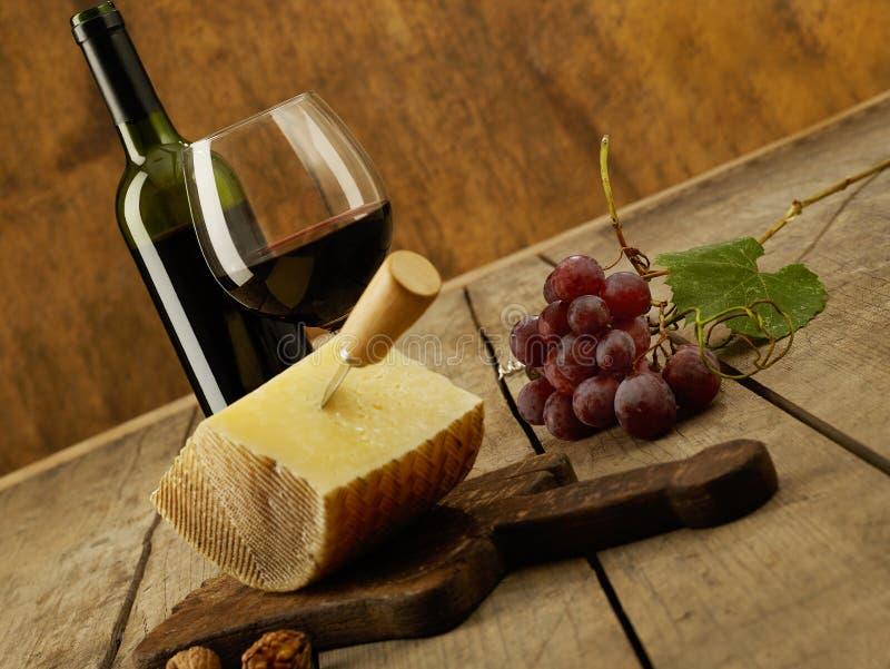 Wino, winogrona i cheddar, zdjęcie stock