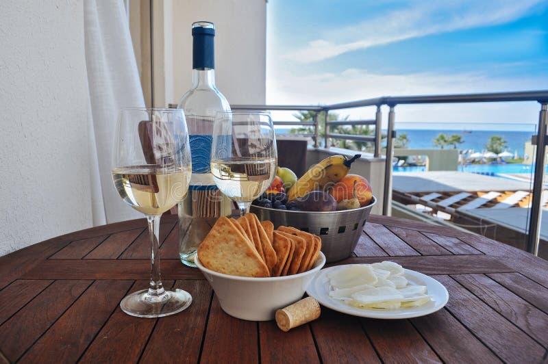 Wino z przekąską na tle morze fotografia royalty free