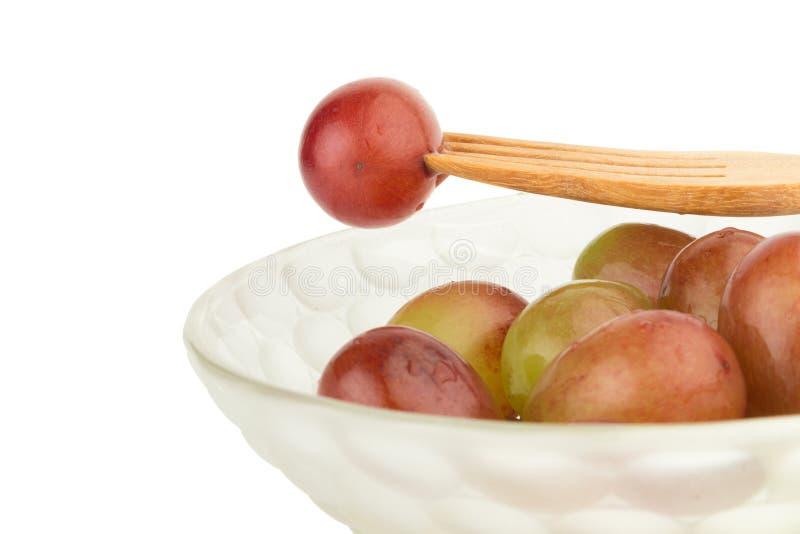 winogrona czerwoni w pucharów winogron czerwonym rozwidleniu odizolowywającym na białym tle obraz stock