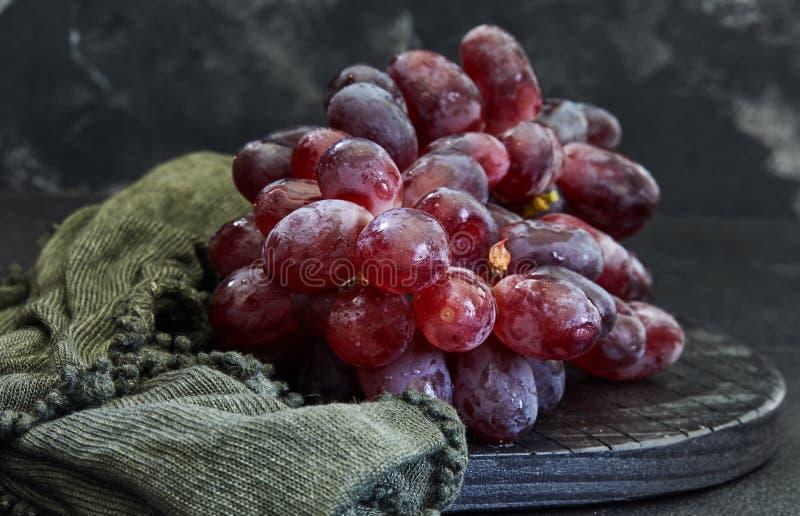 Winogrona na ciemnym tle zdjęcie royalty free