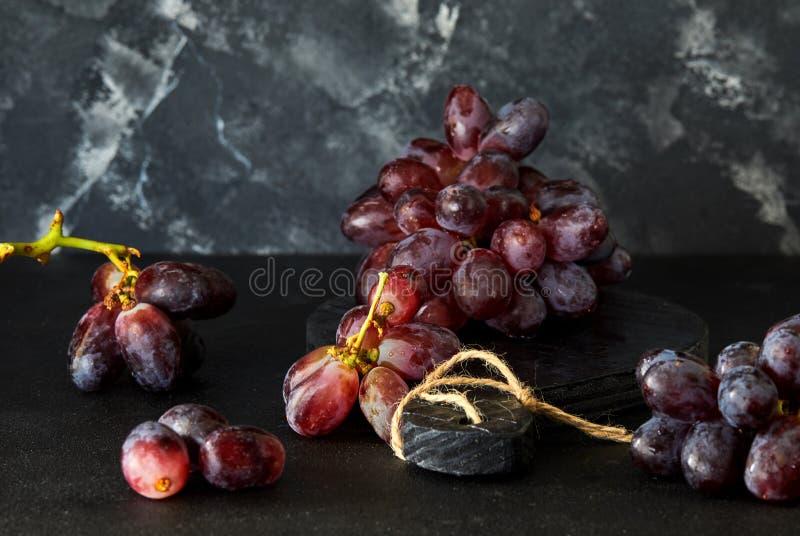 Winogrona na ciemnym tle obraz stock