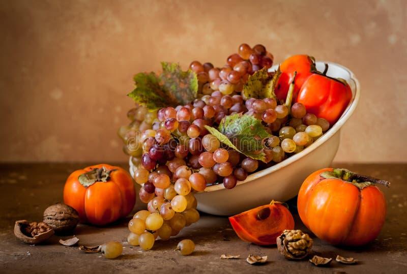 Winogrona, Persimmon i orzecha włoskiego Wciąż życie, obrazy royalty free
