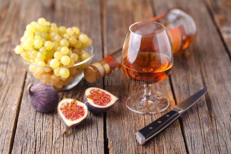 Winogrono, figi i miód z szkłami biały wino na drewno plecy, obrazy royalty free