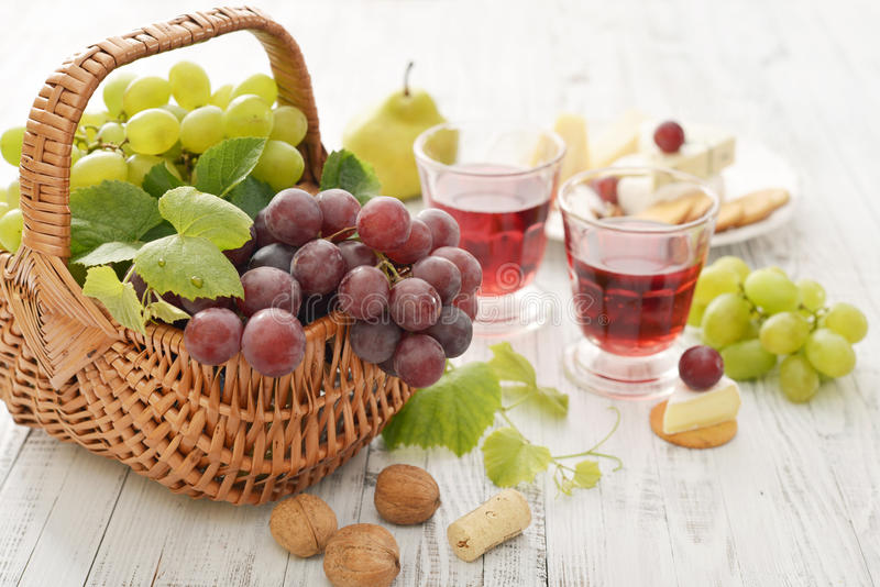 Winogrono w koszu obrazy stock