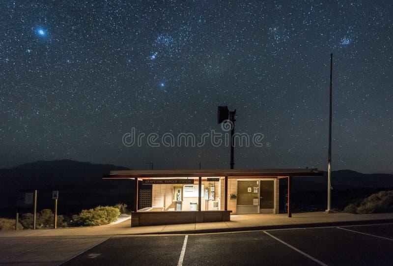 Winorośl leśniczego stacja przy Śmiertelną doliną przy nocą z jasnymi niebami obraz stock