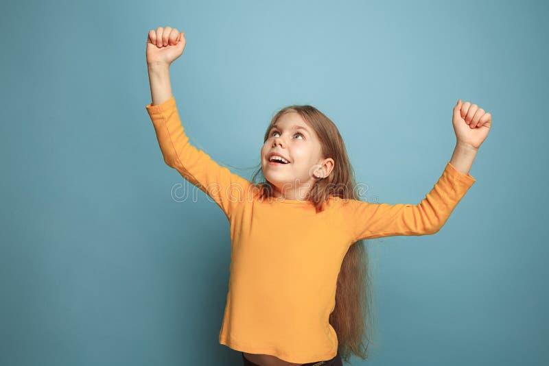 Winst - het emotionele meisje van de blondetiener heeft een geluk eruit zien en het toothy glimlachen Het schot van de studio stock foto