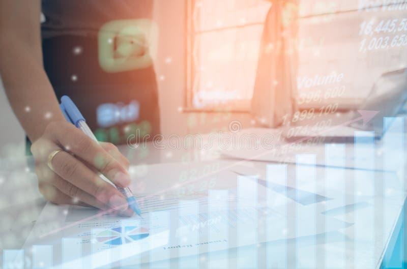 Winstgrafiek van effectenbeursindicator met hand wat betreft tablet voor controlegegevens of grafiekinvestering stock foto
