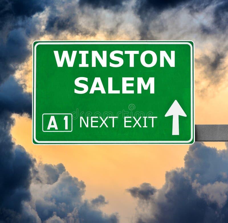 WINSTON SALEM drogowy znak przeciw jasnemu niebieskiemu niebu fotografia stock