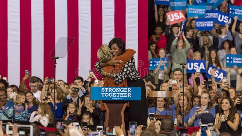 WINSTON-SALEM, NC - 27 DE OCTUBRE DE 2016: El candidato demócrata a la presidencia Hillary Clinton y señora Michelle Obama de los foto de archivo libre de regalías