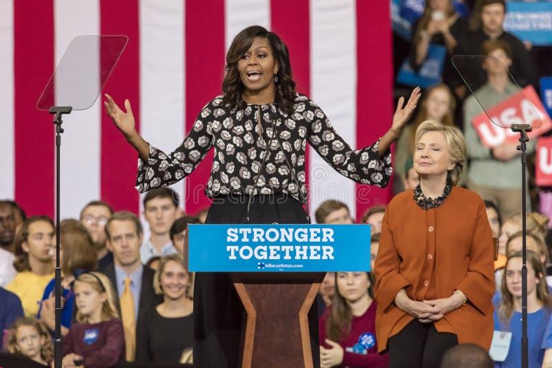 WINSTON-SALEM, NC - 27 DE OCTUBRE DE 2016: Primera señora Michelle Obama presenta al candidato demócrata a la presidencia Hillary fotografía de archivo libre de regalías