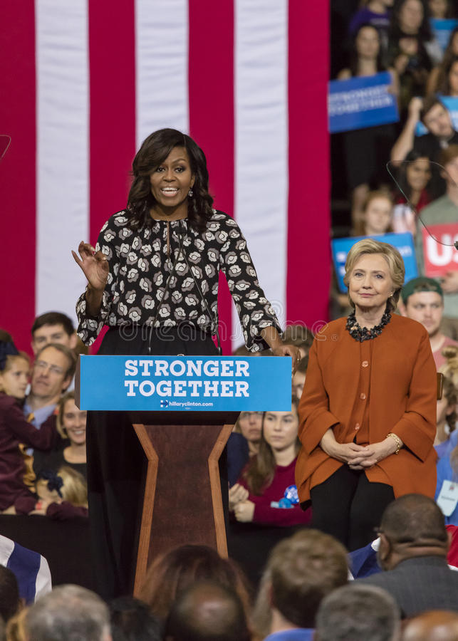 WINSTON-SALEM, NC - 27 DE OCTUBRE DE 2016: Primera señora Michelle Obama presenta al candidato demócrata a la presidencia Hillary fotos de archivo libres de regalías