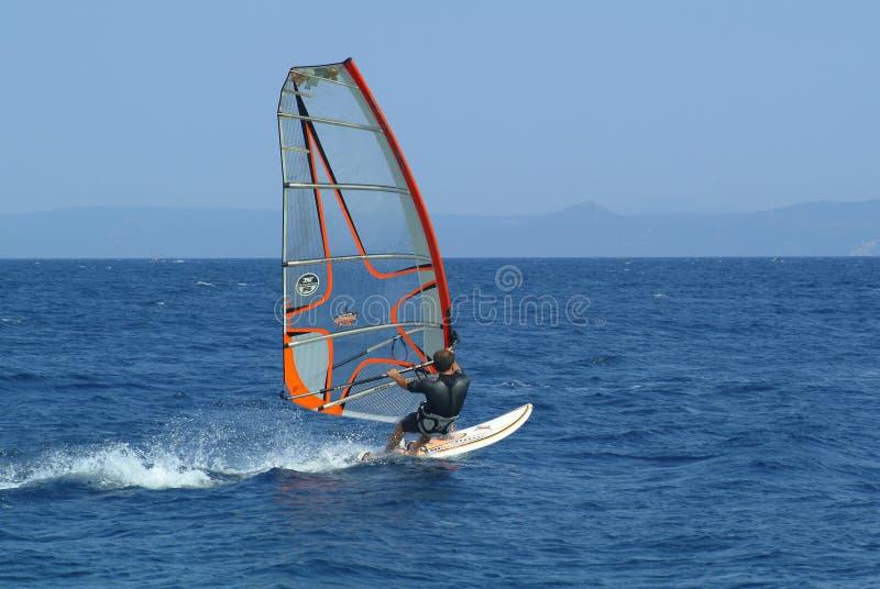 Winsurfing op open zee stock afbeeldingen
