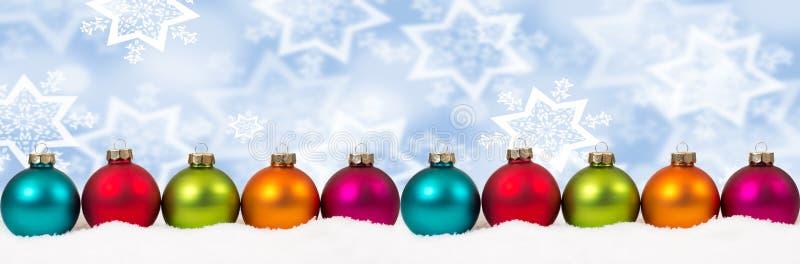 Winte colorido de la nieve del fondo de la decoración de la bandera de las bolas de la Navidad fotografía de archivo libre de regalías