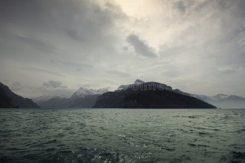 Winter湖、阴天附近的高山风景、强的寒冷和霜在白色冬天,旅行目的地在假期时 免版税库存照片