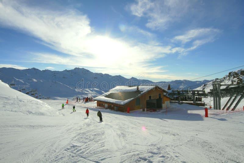 Winter-alpiner Erholungsort lizenzfreie stockfotos