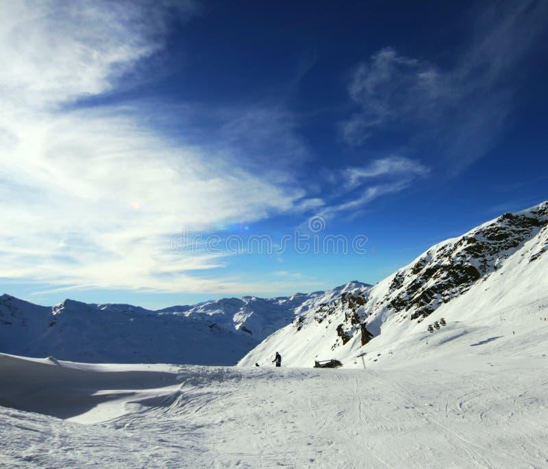 Winter-alpiner Erholungsort lizenzfreie stockbilder