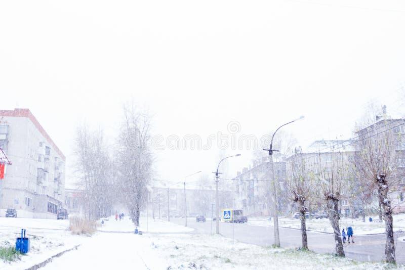 WINTER-ANGRIFF - Leute, die durch den Blizzard gehen stockfoto