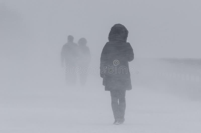WINTER-ANGRIFF - LEUTE IM BLIZZARD stockbilder