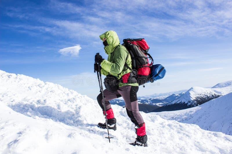 Winter, der in den Bergen wandert stockbild