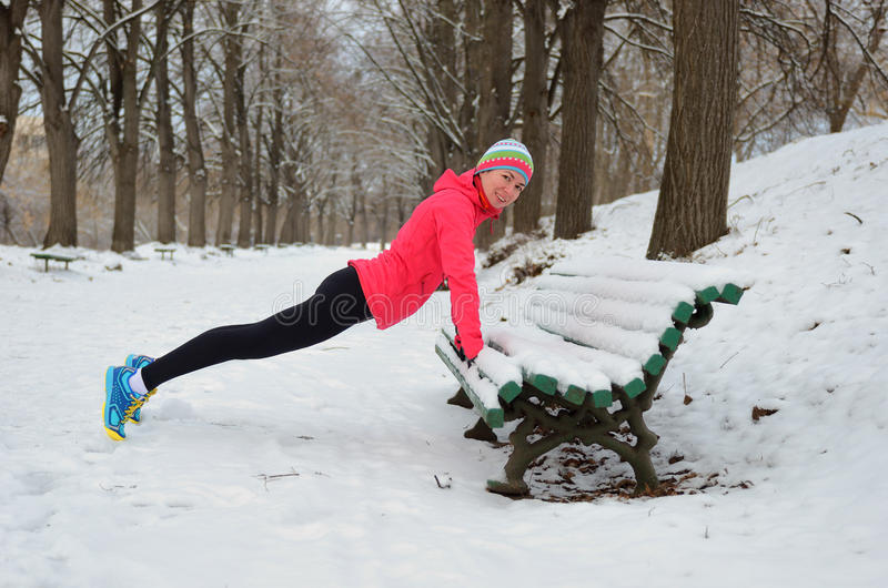Winter, der in Park läuft: glücklicher Frauenläufer, der bevor dem Rütteln im Schnee, Sport im im Freien und in der Eignung aufwä stockbilder