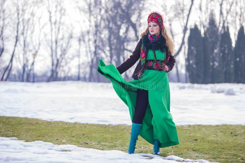 Winter-einzigartige weibliche Mode-Konzepte Kaukasisches blondes Mädchen im stilvollen grünen Kleid und in Kokoshnik Aufstellung  lizenzfreie stockfotos