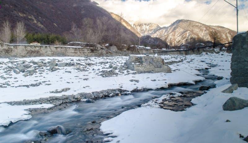 Winter-Fluss-Landschaft Schnee bedeckte Strom an den Bergen von Aserbaidschan kaukasus stockfotos