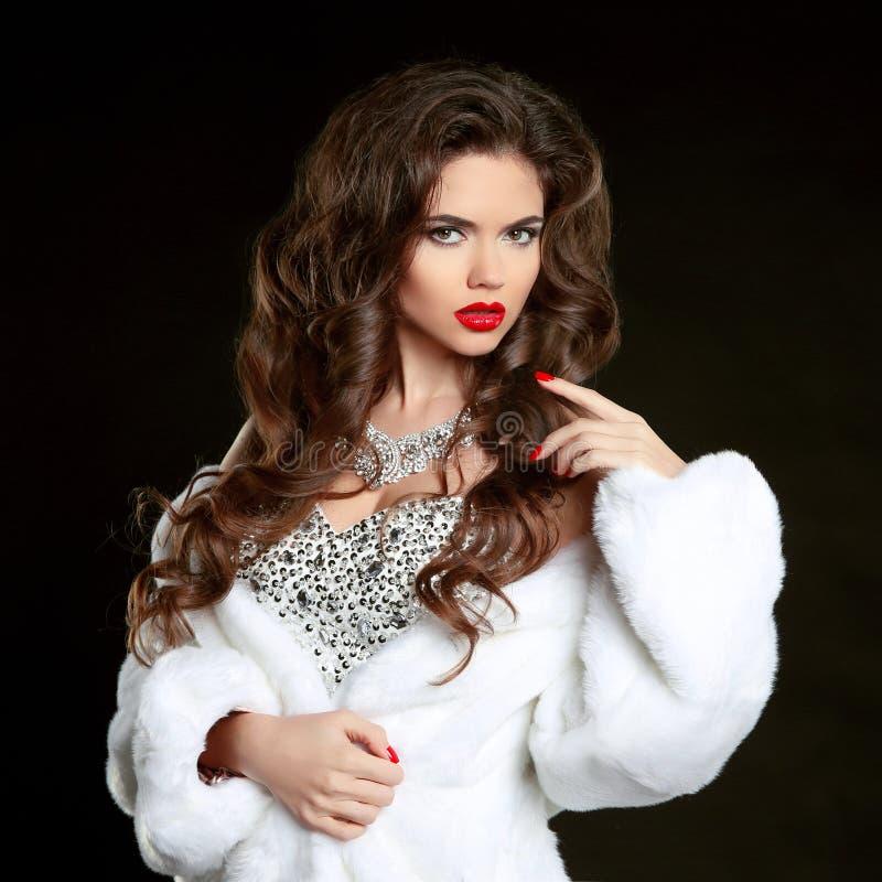 Winter-Frau im weißen Pelz-Luxusmantel Schönheits-Mode-Modell Girl lizenzfreie stockbilder