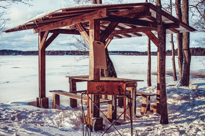 Winter Gazebo auf dem Ufer des Sees lizenzfreies stockbild