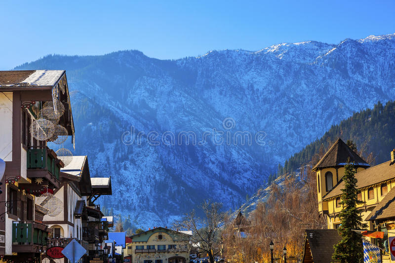 Winter-Gebirgsschnee-deutsche Gebäude Leavenworth Washington lizenzfreies stockfoto